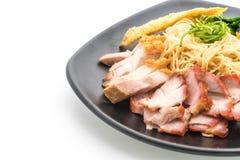 Nouille d'oeufs avec le rôti de porc rouge, le porc croustillant et les boulettes image stock