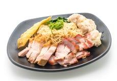 Nouille d'oeufs avec le rôti de porc rouge, le porc croustillant et les boulettes image libre de droits