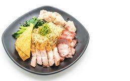 Nouille d'oeufs avec le rôti de porc rouge, le porc croustillant et les boulettes photographie stock libre de droits