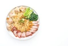 Nouille d'oeufs avec le rôti de porc rouge, le porc croustillant et les boulettes photos stock
