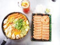 Nouille dans la soupe et les saumons épicés à cari de lait avec le fond de tache floue Images libres de droits