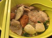 Nouille de boule de poissons de Tomyum en Thaïlande Photo stock