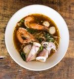 Nouille de fruits de mer dans une cuvette blanche Photo stock