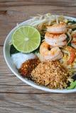 Nouille de riz faite sauter à feu vif avec des crevettes (protection thaïlandaise), nourriture thaïlandaise, cuisine thaïlandaise Photographie stock libre de droits