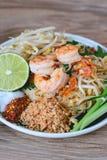 Nouille de riz faite sauter à feu vif avec des crevettes (protection thaïlandaise), nourriture thaïlandaise, cuisine thaïlandaise Photo libre de droits