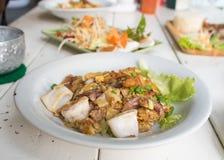 Nouille de riz frit thaïlandaise d'émoi de nourriture avec le poulet, le calmar et la crevette dans le restaurant Image stock