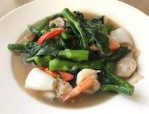 Nouille de riz large en sauce crémeuse à sauce au jus avec la crevette et le calmar, TR Photos stock