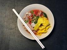 Nouille et porc en soupe rose sur la table noire, délicieuse de la nourriture thaïlandaise image libre de droits
