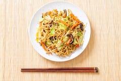 nouille faite sauter à feu vif de yakisoba avec le légume photo stock