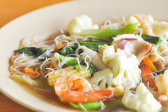 Nouille frite avec du Di de calmar, de crevette et végétal ou thaïlandais de nouille Images stock