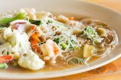 Nouille frite avec du porc, crevette et légume ou nouille Photo libre de droits