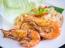 Nouille frite avec la crevette rose Images libres de droits
