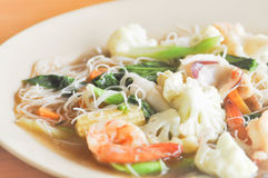 Nouille frite avec le calmar, la crevette et le légume ou la nouille Images stock