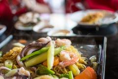 Nouille frite avec les fruits de mer et le brocoli, nourriture thaïlandaise images libres de droits