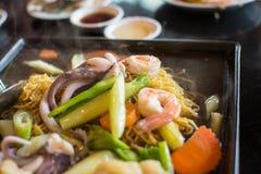 Nouille frite avec les fruits de mer et le brocoli, nourriture thaïlandaise photographie stock libre de droits