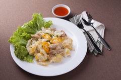 Nouille frite délicieuse avec l'oeuf et la laitue de poulet Image stock
