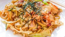 Nouille frite par émoi ou Yakisoba de Japonais Images stock