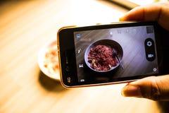 Nouille frite par photographie de téléphone de main image stock