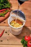 Nouille instantanée, aliments de préparation rapide asiatiques, tasse de nouille sur le fond en bois image stock