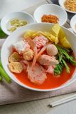 Nouille plate Tom Yum Yen-Ta-Fo de fruits de mer roses Photo stock