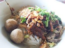 Nouille sèche avec du boeuf, boule de viande Photo stock
