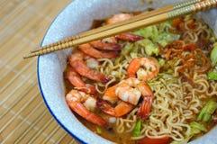 Nouille thaïlandaise épicée de soupe à Tom yum photographie stock libre de droits
