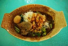 Nouille thaïlandaise avec la boule de viande - nourriture de rue de la Thaïlande Image libre de droits