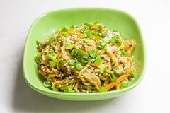 Nouilles asiatiques avec des légumes Image libre de droits