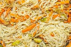 Nouilles asiatiques avec des légumes Photo stock