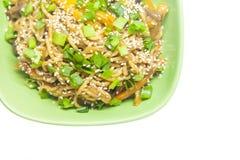 Nouilles asiatiques avec des légumes Photographie stock