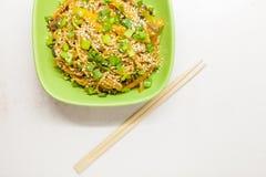 Nouilles asiatiques avec des légumes Photos libres de droits