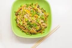 Nouilles asiatiques avec des légumes Images stock