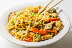 Nouilles asiatiques avec des légumes Photos stock