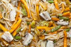Nouilles asiatiques avec des légumes Images libres de droits