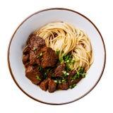 Nouilles asiatiques avec l'isolat de viande de boeuf photos libres de droits