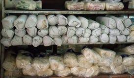 Nouilles asiatiques fraîches dans une étagère sur le marché d'un agriculteur local Images stock