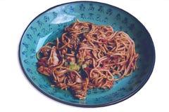 Nouilles asiatiques traditionnelles d'isolement de plat classique image stock
