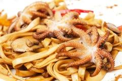 Nouilles avec des poulpes, des fruits de mer et la sauce Images libres de droits