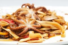 Nouilles avec des poulpes, des fruits de mer et la sauce Photographie stock libre de droits