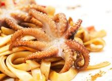 Nouilles avec des poulpes, des fruits de mer et la sauce Photo stock