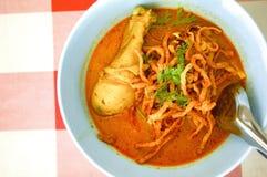 Nouilles avec la soupe à cari de poulet Photos stock