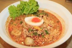 Nouilles avec la soupe aigre chaude et le porc haché avec l'oeuf, style thaïlandais Images libres de droits