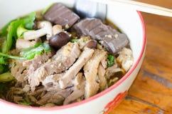 Nouilles avec le canard pot-cuit dans la cuvette Photo libre de droits