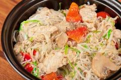 Nouilles avec le poulet Image stock