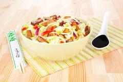 Nouilles avec le tofu et le légume. photos libres de droits