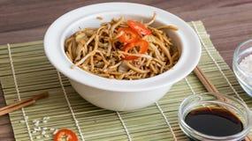 Nouilles chinoises avec les légumes et la sauce de soja photos libres de droits