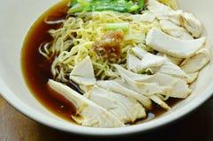 Nouilles chinoises d'oeufs avec de la viande de poulet en soupe brune sur la cuvette photo libre de droits