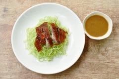 Nouilles chinoises d'oeufs complétant le canard rôti de tranche avec de la sauce à soja photo stock
