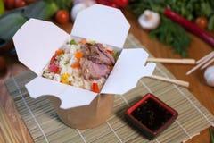 Nouilles chinoises dans la boîte de wok Images libres de droits