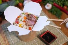 Nouilles chinoises dans la boîte de wok Photos stock